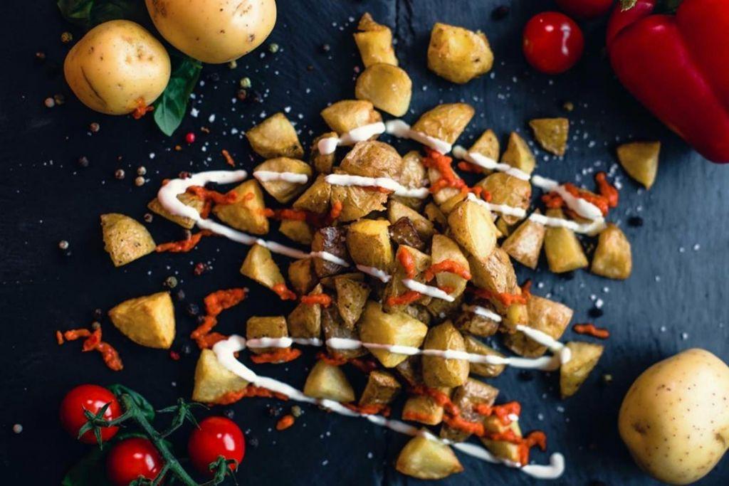 Für den kleinen Hunger – feinste Potatos mit Homemade Dip und leckerem Ajvar.