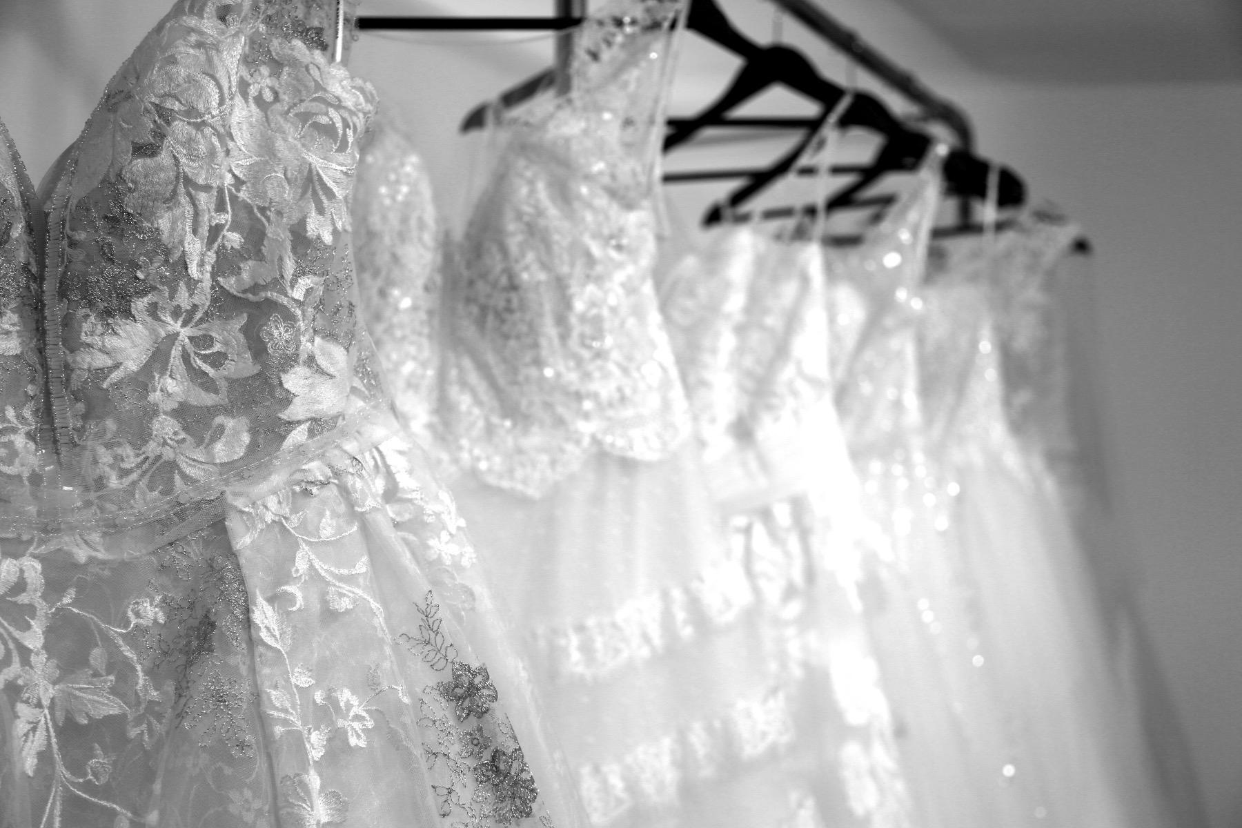 Zusammen finden wir dann das passende Kleid! – ©Marco Licht (Agentur Streetworker) und Marianne Bohn Fotografie