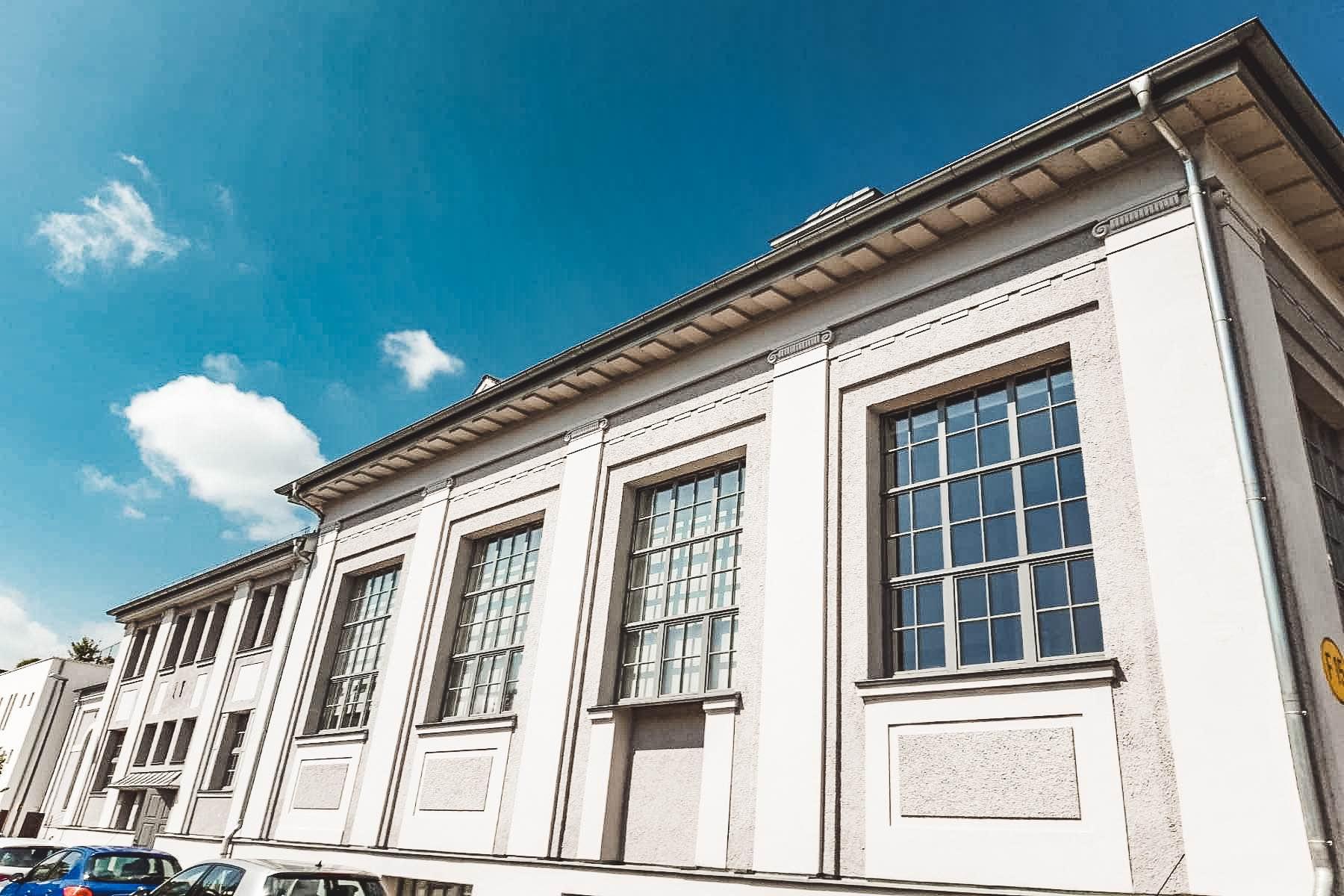 Unmittelbar an der ehemaligen Zwirnerei und Nähfadenfabrik Göggingen befindet sich das Maschinengebäude, das auffällt, da es ganz in Weiß gehalten wurde.