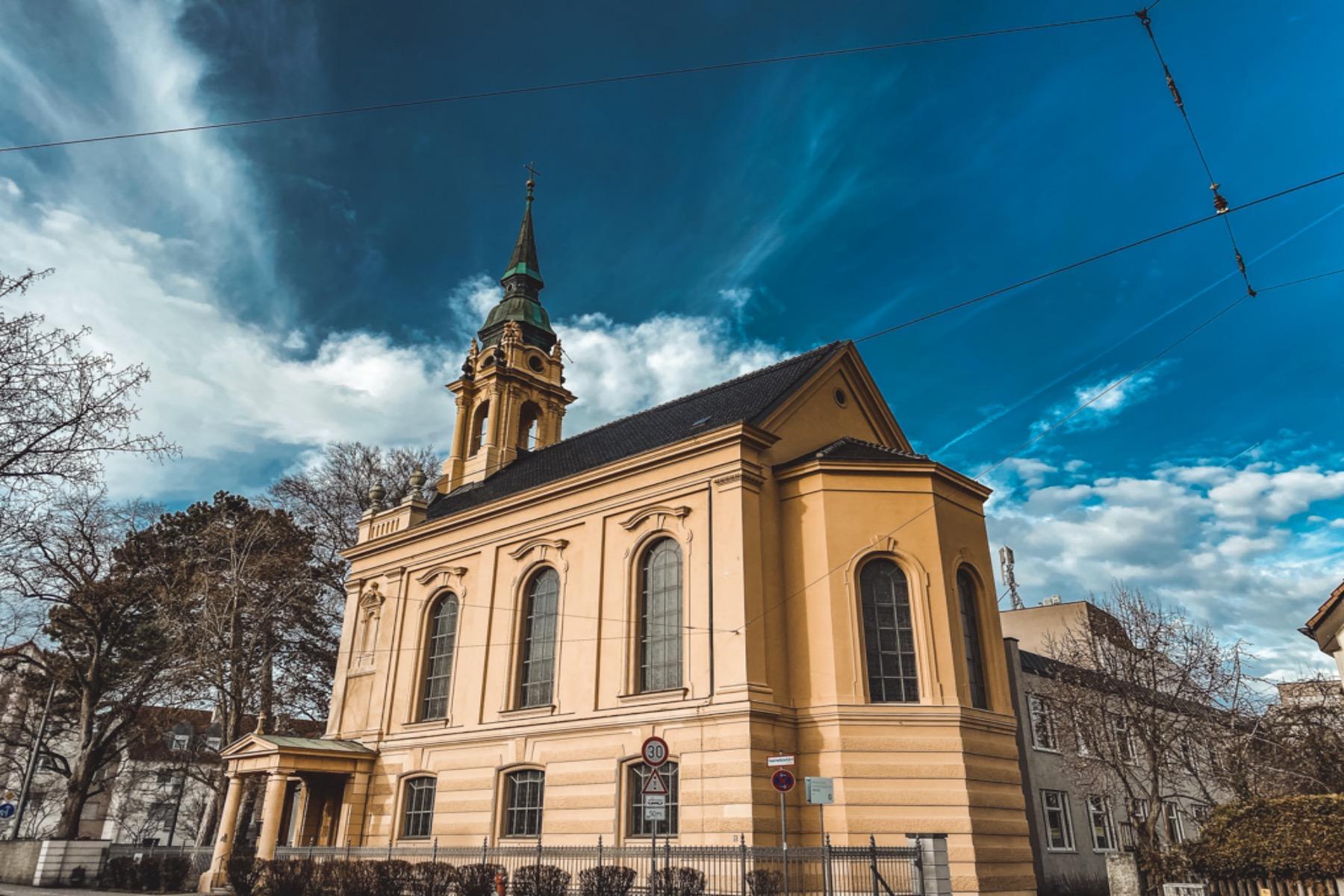Die Hessingkirche St. Johannes ist eine Simultankirche und war für Johann Friedrich von Hessing, in seiner Idee der ganzheitlichen Medizin, ein wichtiger Faktor. Für ihn nahmen Religion und Seelsorge bei der Genesung einen wichtigen Platz ein.