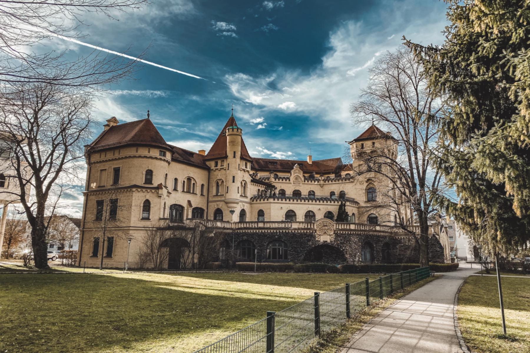 Die Hessingburg wurde im Rotheburger Stil erbaut und ist mit Türmen und Türmchen geschmückt.