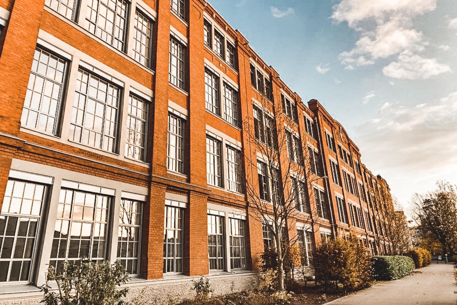 Das ehemalige Fabrikgebäude beherbergt heutzutage Wohnräume und Büros.
