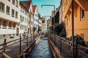 Auch der Vordere Lech, der sich idyllisch durch die Altstadt schlängelt, hatte seine Aufgabe.