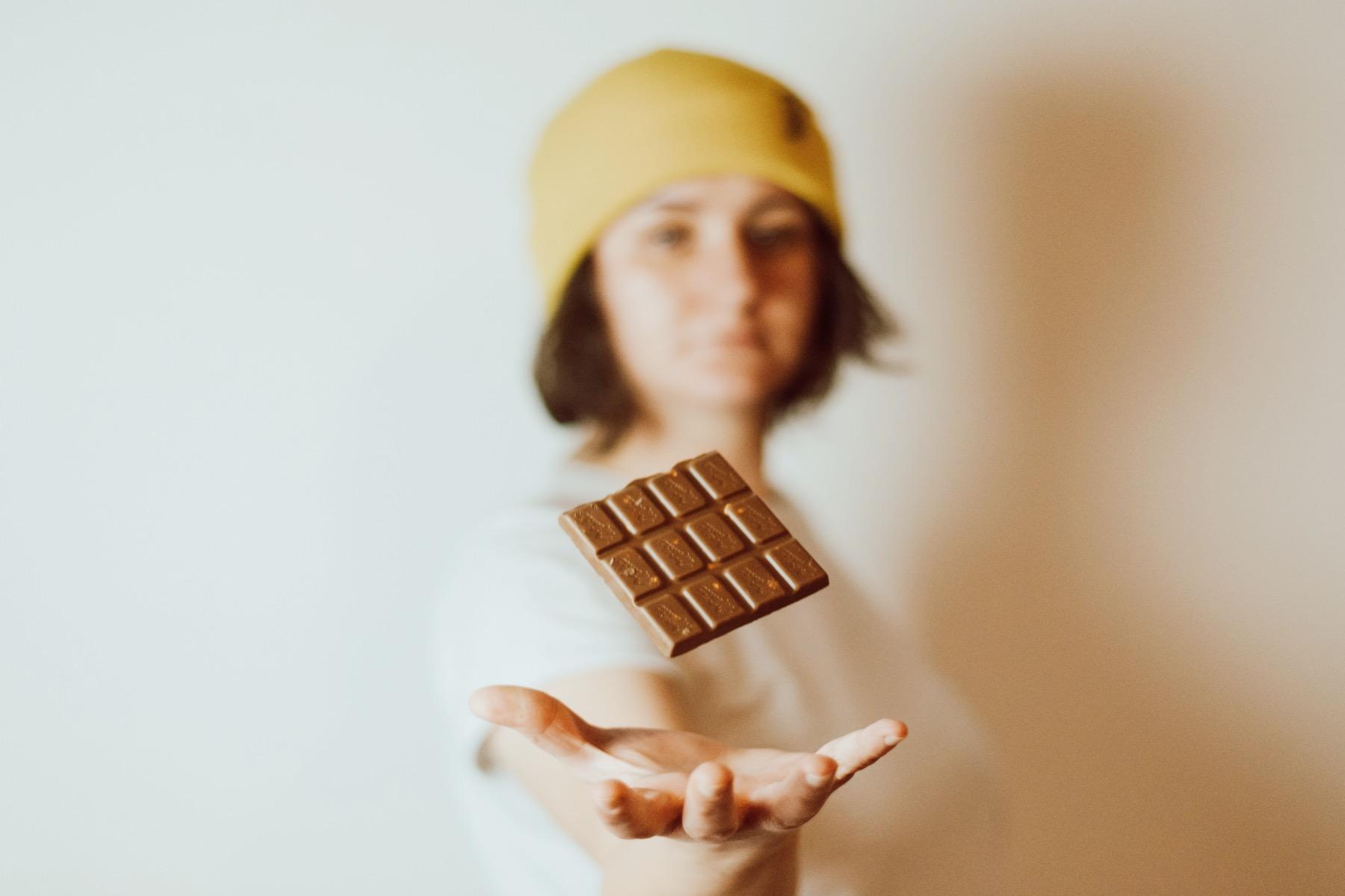 geheimtipp Augsburg Mädchen mit Schokoladentafel – ©Unsplash