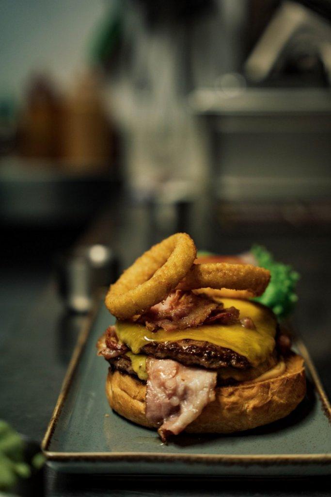 Der Burger wird angefertigt
