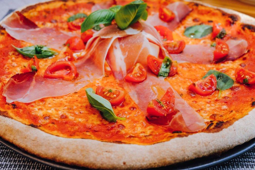 pizza to go Pizza mit Tomaten und Schinken – ©Geheimtipp Augsburg