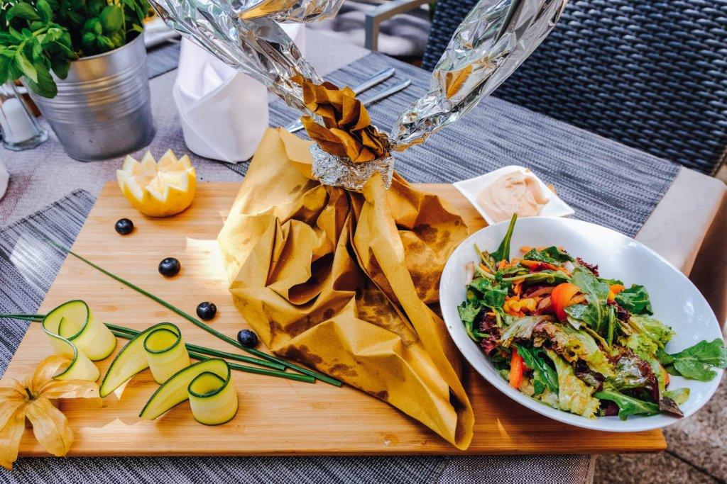 Fisch im Backpapier und Gemüse