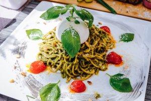 Spaghetti mit Pesto und Mozzarella