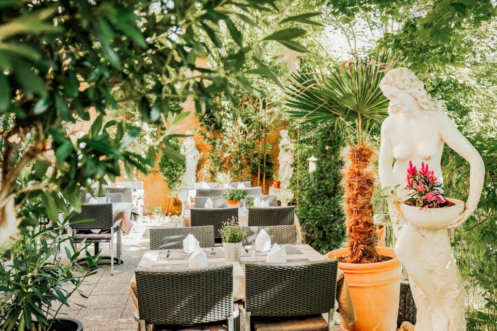 Terrasse mit Pflanzen, Tische und Stühle