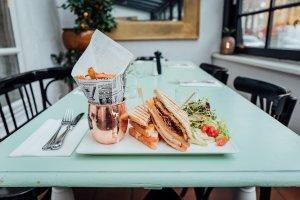 Paynoweatlater Teller mit Sandwiches, Pommes und Salat