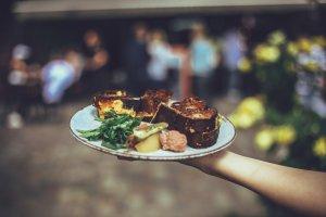 Paynoweatlater Der Kellner trägt einen Vollen Teller mit einem Hand