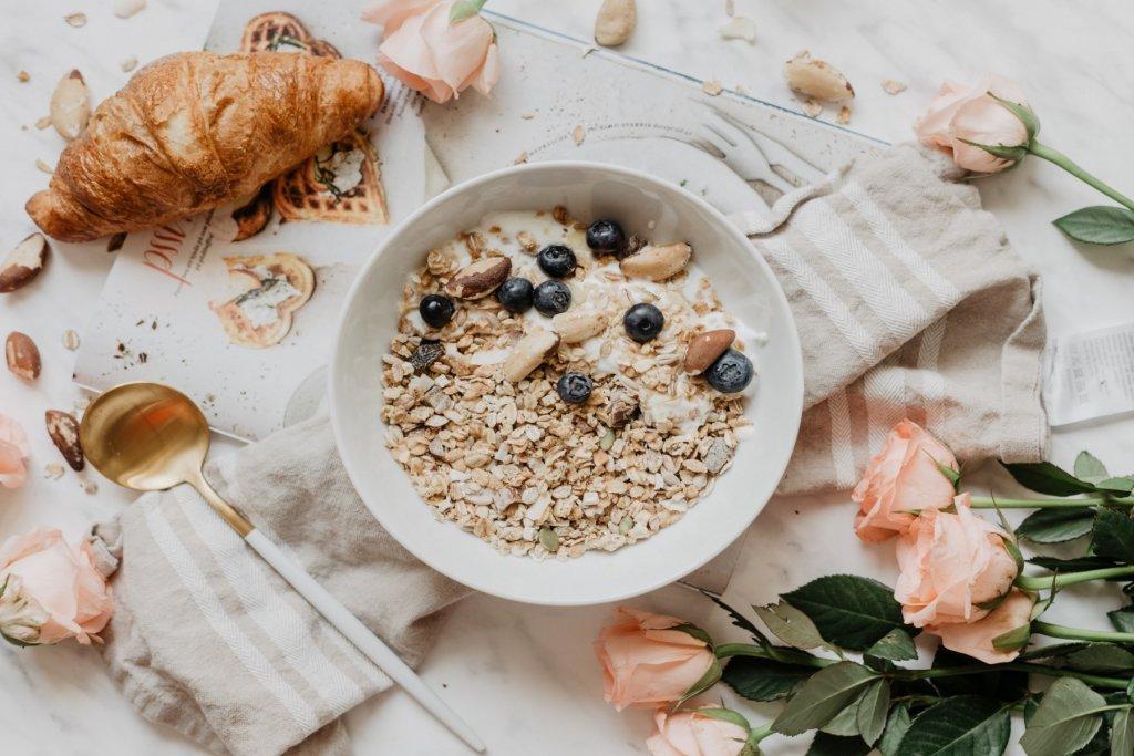 Frühstücks to go Müsli bowl mit croissant – ©Pixabay