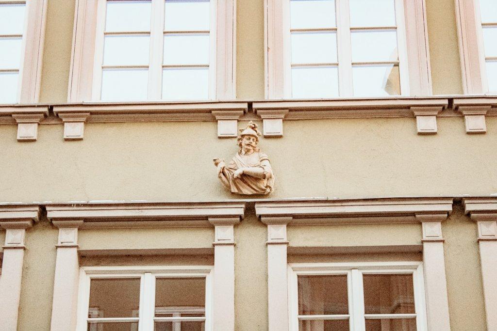 AUGSBURGER DETAILS Skulptur im Domviertel