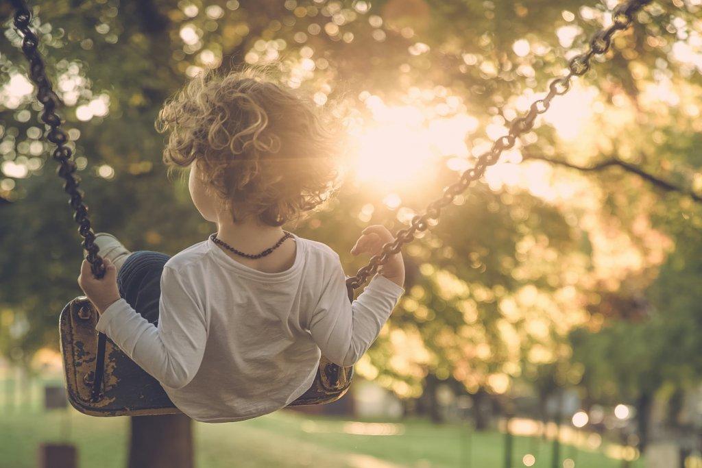 Spielplätze augsburg Kind schaukelt – ©Pixabay