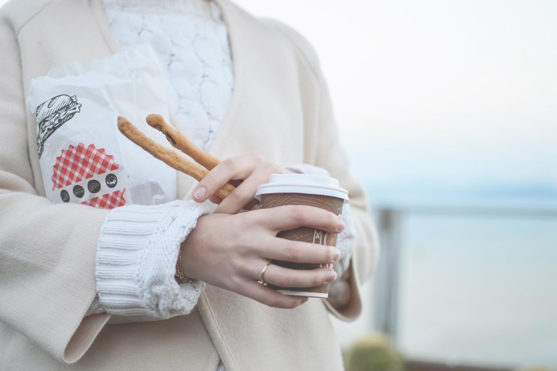 caffee to go Mädchen mit Kaffee