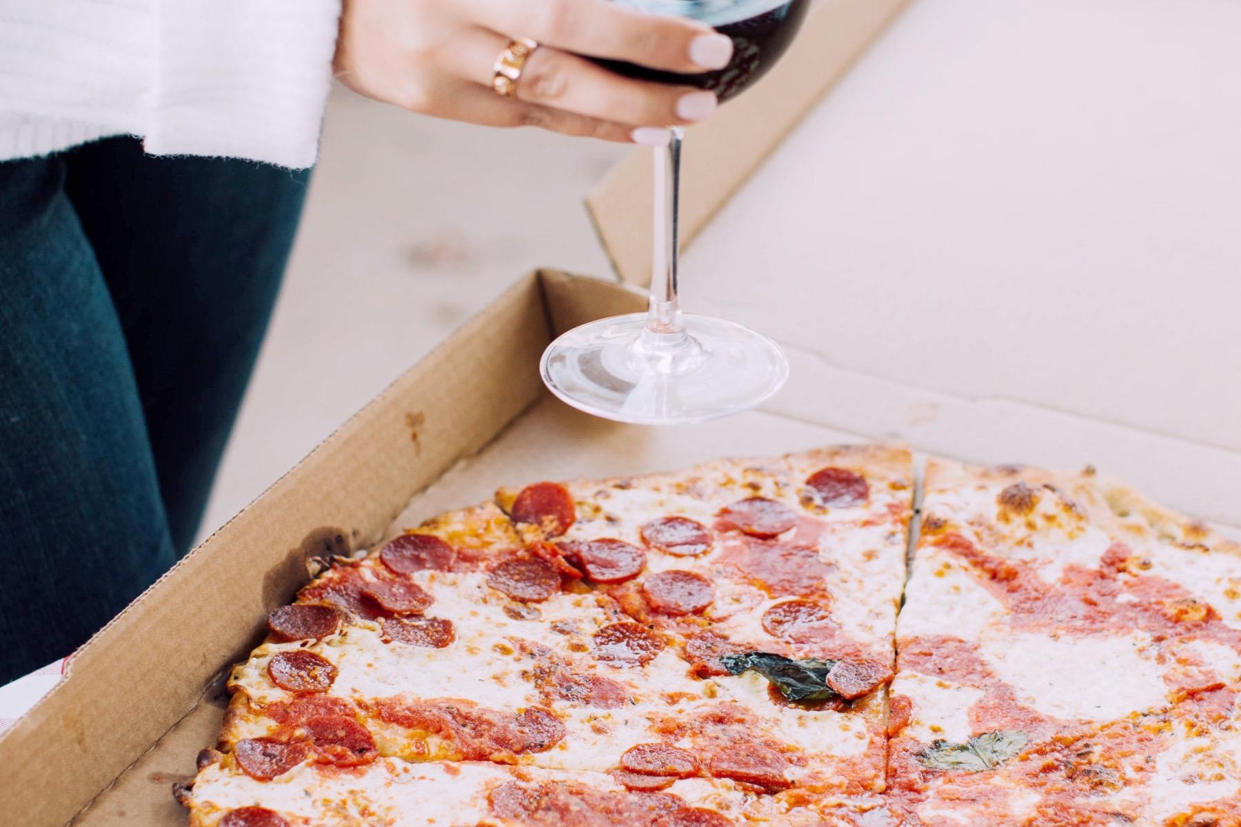 pizza to go pizza mit Karton – ©Unsplash