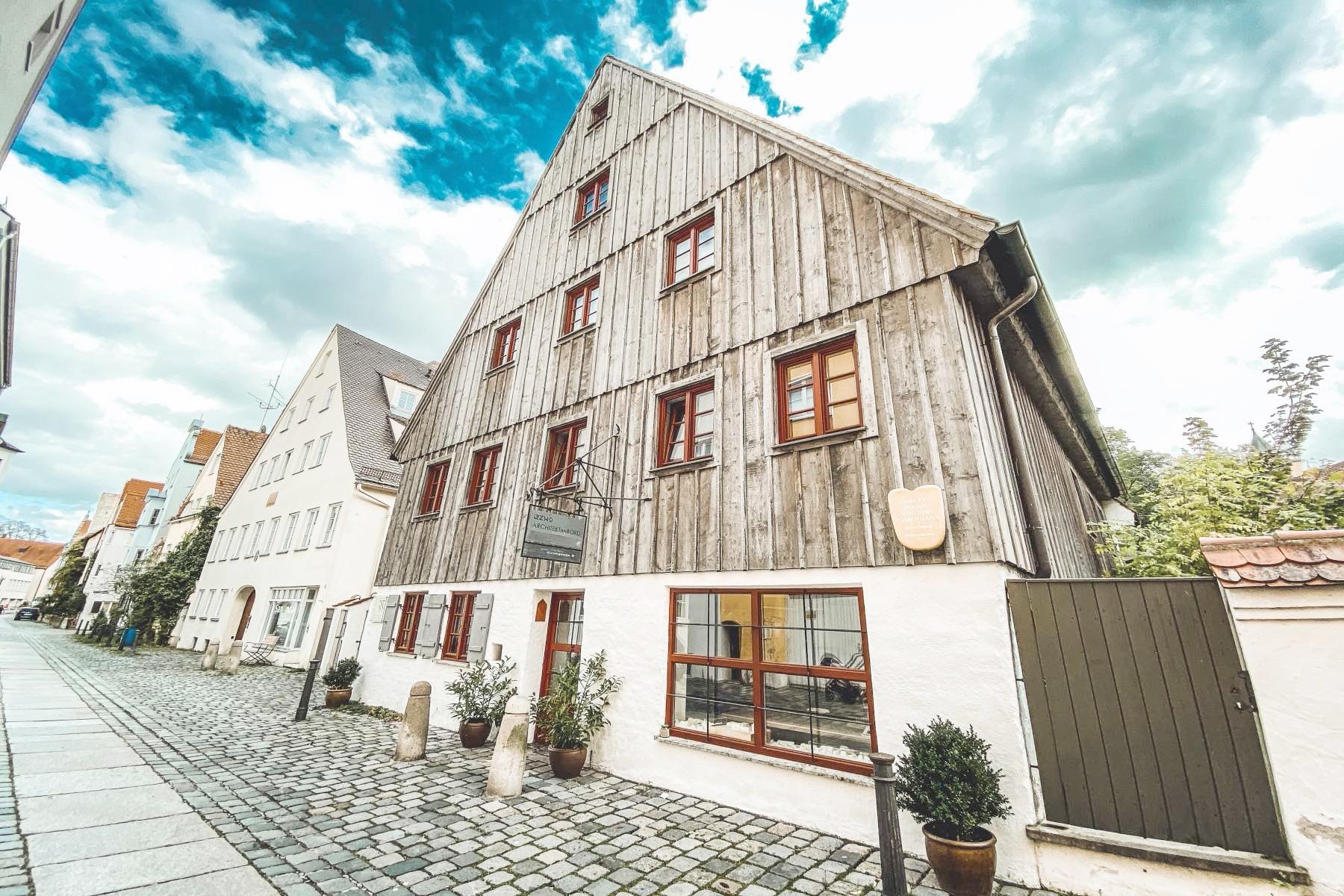 Das Ulrichsviertel grenzt an das Lechviertel und bildet mit ihm zusammen den Stadtbezirk Nr. 1.