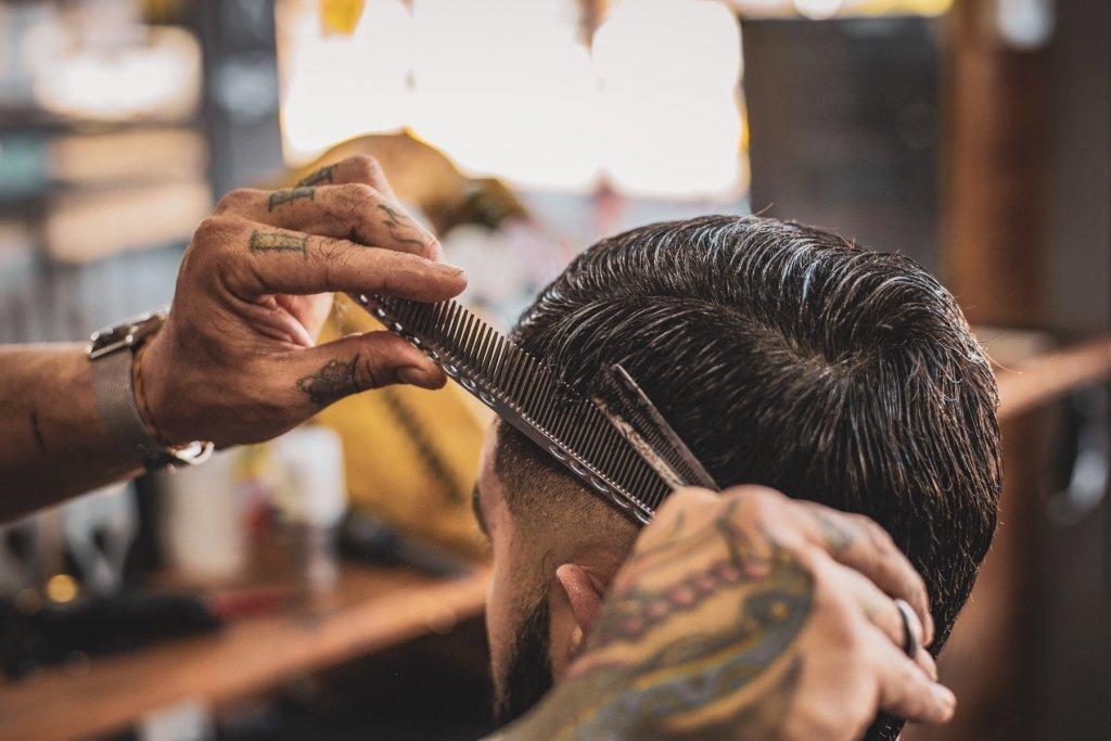 friseuren und barbershops barber beim schneiden – ©Unsplash