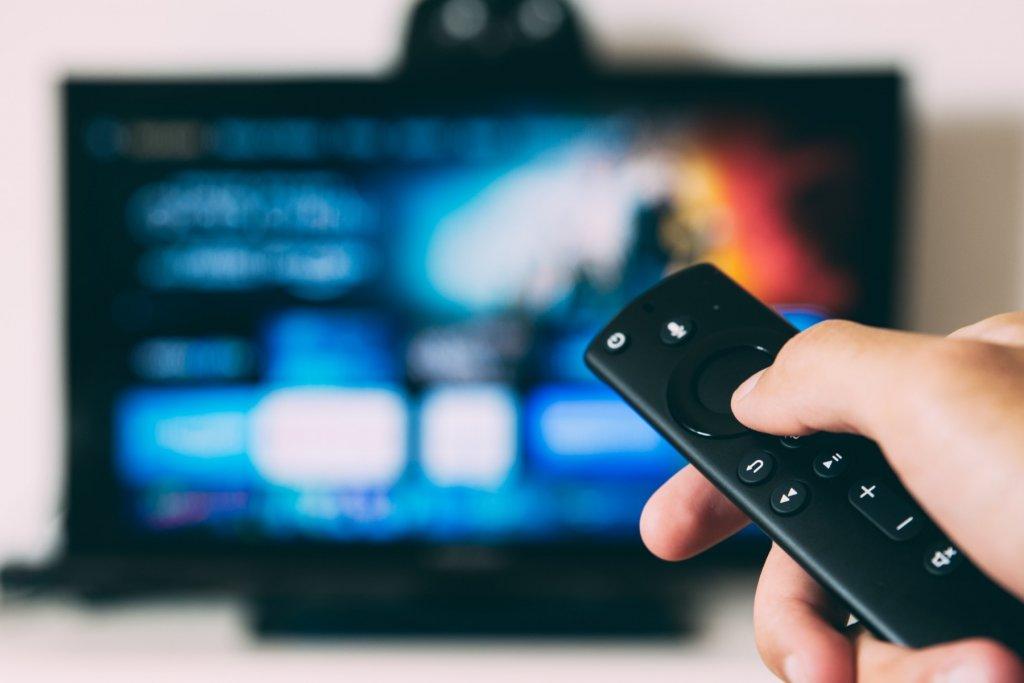 Das perfekte Homeoffice fernsehen und Fernbedienung – ©Unsplash