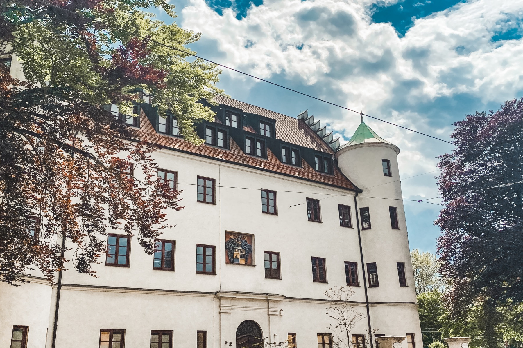 Das Pferseer Schlössle beherbergte über die Jahrhunderte ein Lazarett, ein Finanzamt, das Armen und Krankenhaus der Barmherzigen Schwestern und ein Infektionskrankenhaus für Lungenerkrankungen. Heute befinden sich darin Arztpraxen und Büros.